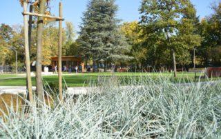 kép: Vakok kertje parkosított övezete pavilonnal. növényekkel, fákkal, padokkal
