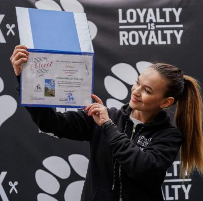 A Loyalty is royalty képviselője éppen az MVGYOSZ Vakvezető kutyakiképző központ oklevelét tartja a kezében.