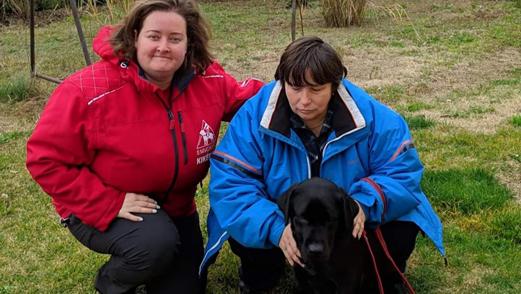 Stecher Andrea, a kiképzővel és Reena vakvezető kutyával