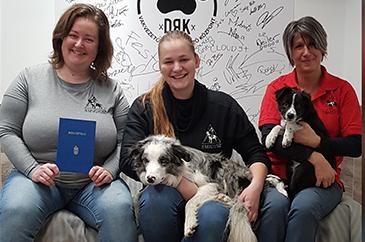 Gazsó-Krisztina_József-Anna_Rózsa-Kata bizonyítvánnyal és kutyusokkal
